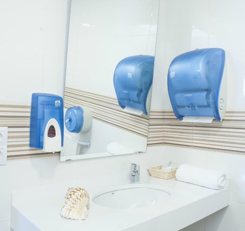 Albergue Arribada de Muxía: Instalacións aseos accesibles en cuarto privado