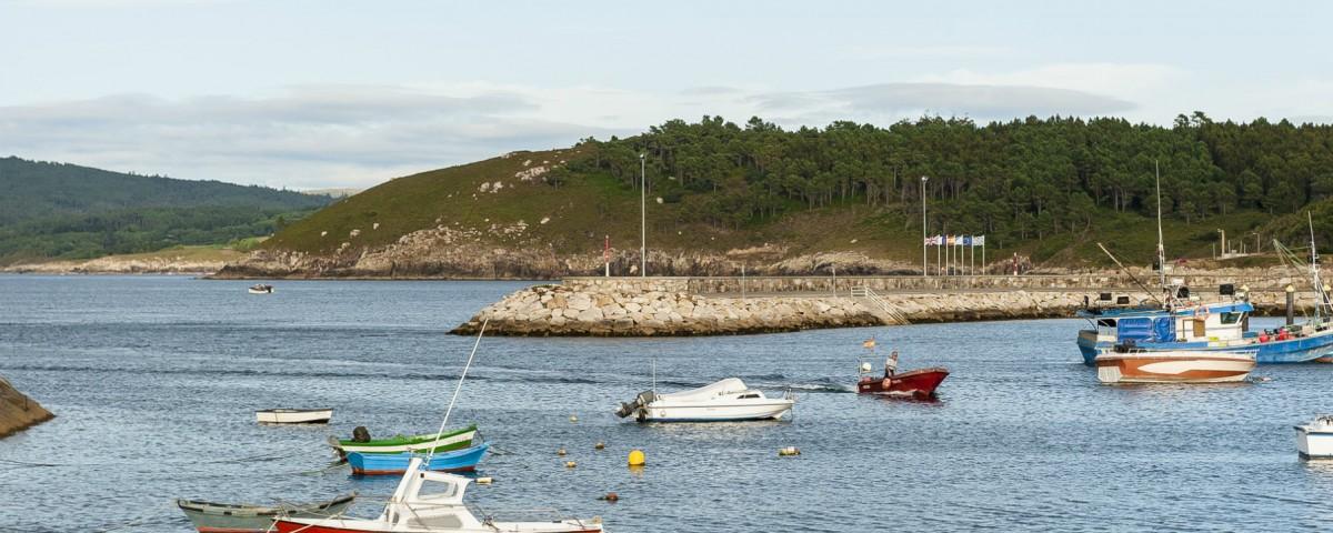 Entrada de barcos dende a Punta da Barca en Muxía