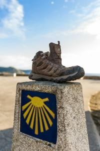 Fito de pedra coa sinalización do Camiño de Santiago