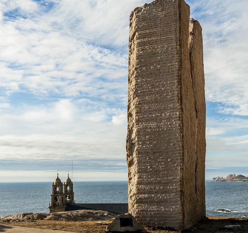 """O santuario da Virxe da Barca de Muxía e o monumento """"A Ferida"""""""